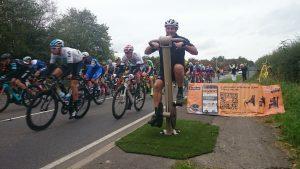 Proludic urbanix sport spinning bike next to outdoor bicycle race image 3